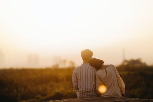 女朋友觉得再一起压抑,提了分手,该怎么挽回?