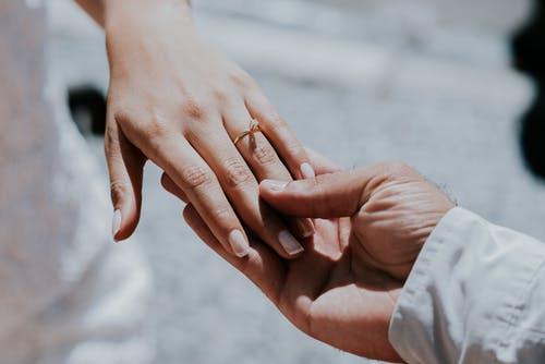 老婆自己承认外遇,我不想离婚,该怎么挽回?