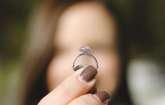 男朋友总是逃避结婚,姐弟恋没安全感