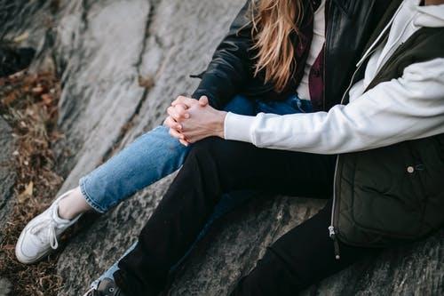 跟男朋友在一起很累,我觉得他不爱我,要坚持下去吗?