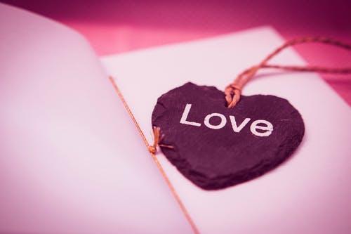 女朋友经常和异性暧昧,我实在受不了了,该如何挽回爱情?