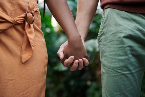 情人之间分手再见面不说话,分手情人没删你也不说话是什么意思?