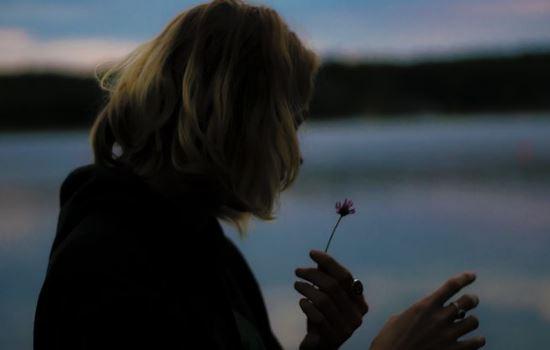 女友突然说没感觉不爱了,分手后挽回该怎么做?