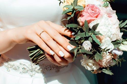 老公出轨为了孩子该离婚吗,老公反复出轨能原谅吗?