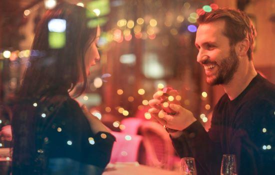 感情里有这几种表现,说明男人只是想和你玩暧昧