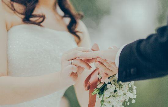 男友说没钱不愿意和我结婚怎么办?