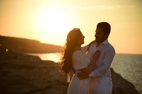 农村女嫁了个城市男,没钱果断分手后,因为没钱离婚