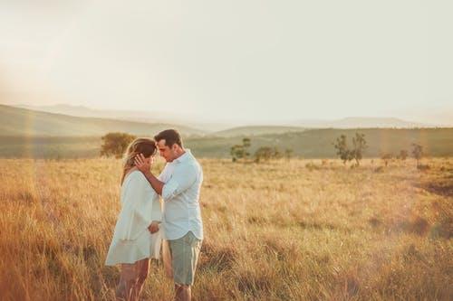 当已婚男对你动了心思,遇到这些表现就该注意了